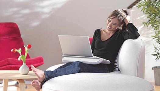 с ноутбуком в комфорте