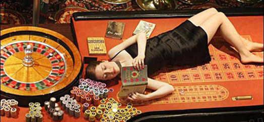 девушка в казино на игровом столе