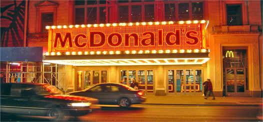 McDonald's вывеска на улице