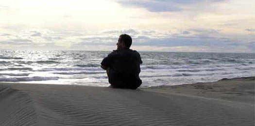 одиночество человека у края моря