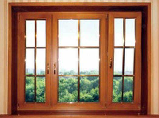 окно из дерево в городе